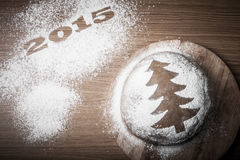 Inscrição 2015 com a árvore de Natal do pão-de-espécie com um teste padrão Imagens de Stock