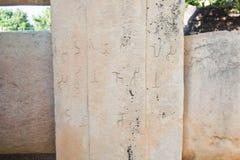 Inscrição da pedra da coluna no roteiro de Brahmi imagens de stock royalty free