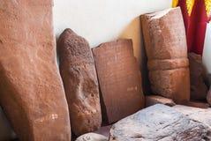 Inscrição da pedra de Brown na língua antiga de Laos envelhecida sobre 350 anos Foto de Stock