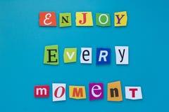 Inscrição das letras cortadas - aprecie cada momento no fundo azul Uma exibição do texto da escrita da palavra aprecia cada momen fotos de stock royalty free