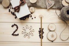 inscrição 2018 de feijões de café, do floco de neve de madeira e de fatias de madeira fotografia de stock