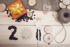inscrição 2018 de feijões de café, do floco de neve de madeira liso e de fatias de madeira imagens de stock royalty free