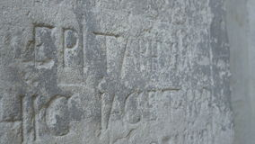 Inscrição de pedra velha do epitáfio vídeos de arquivo