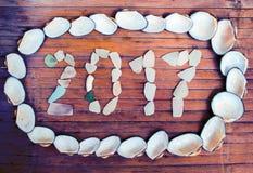 Inscrição de vidro 2017 da praia no fundo de madeira Fotografia de Stock Royalty Free