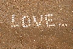 Inscrição do amor na praia fotografia de stock