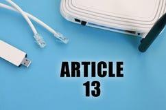 Inscrição do artigo 13 e router do Internet no fundo azul imagens de stock