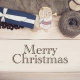 Inscrição do Feliz Natal em um fundo de madeira imagem de stock