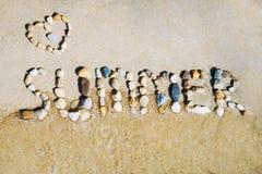Inscrição do verão contra o mar imagens de stock royalty free
