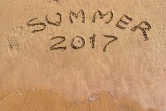Inscrição 2017 do verão no close up da areia Foto de Stock Royalty Free