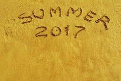 Inscrição 2017 do verão no close up da areia Imagem de Stock Royalty Free
