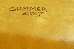 Inscrição 2017 do verão no close up molhado da areia Imagem de Stock Royalty Free
