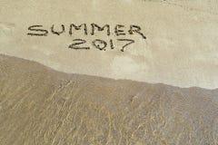 Inscrição 2017 do verão no close up molhado da areia Fotos de Stock