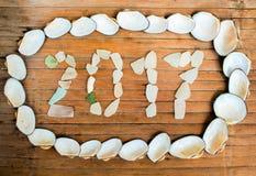 A inscrição do vidro e das conchas do mar no fundo de madeira Imagem de Stock Royalty Free