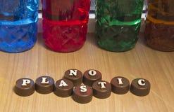 Inscrição em letras de madeira em tampões de garrafa plásticos fotos de stock