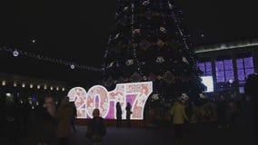 A inscrição em 2017 perto da árvore de Natal video estoque