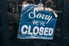 Inscrição em uma porta: Pesaroso nós somos fechados Foto ou tabela conceptual na porta com informação do trabalho Anúncio ou imagens de stock