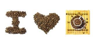 Inscrição eu amo o café feito usando feijões de café e o cu cerâmico Foto de Stock