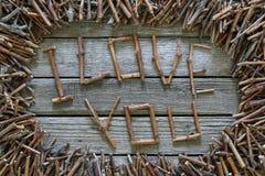 Inscrição eu te amo com as varas de madeira no fundo de madeira Fotos de Stock