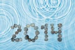 A inscrição 2014 fez conchas do mar do ‹do †do ‹do †na água Imagem de Stock