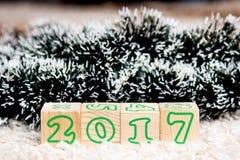 A inscrição 2017 fez dos cubos de madeira que encontram-se no tapete de terry Foto de Stock