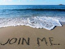 A inscrição junta-se me na areia molhada Fotografia de Stock Royalty Free