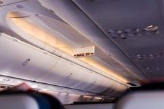 A inscrição na cabine do plano no placar na ação de advertência, a saída do avião de passageiros Fileira da saída de emergência e Foto de Stock Royalty Free