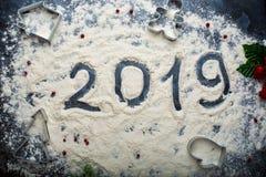 Inscrição 2019 na farinha derramada em um fundo escuro imagem de stock royalty free