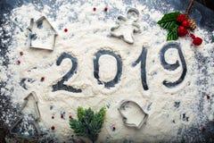 Inscrição 2019 na farinha derramada em um fundo escuro fotos de stock