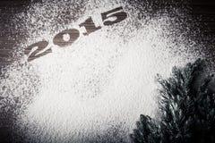 Inscrição 2015 na farinha e árvore de Natal em uma tabela de madeira Foto de Stock