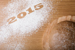 Inscrição 2015 na farinha e na massa em uma tabela de madeira Foto de Stock Royalty Free