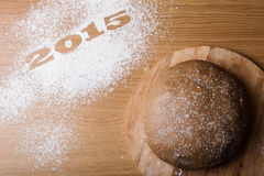 Inscrição 2015 na farinha e na massa em uma tabela de madeira Fotos de Stock Royalty Free