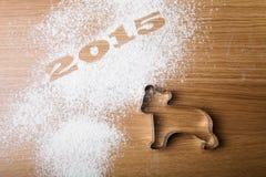 Inscrição 2015 na farinha e urso em uma tabela de madeira Fotos de Stock