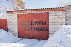 A inscrição na porta da garagem - os carros não põem Fotografia de Stock