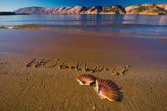 Inscrição na praia, shell real do feriado Fotografia de Stock Royalty Free