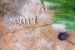 A inscrição 2017 no coto de madeira do fundo Imagem de Stock Royalty Free