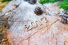 A inscrição 2017 no coto de madeira do fundo Fotos de Stock Royalty Free