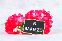 A inscrição no quadro no italiano: 8 de março Flores cor-de-rosa Fotografia de Stock Royalty Free