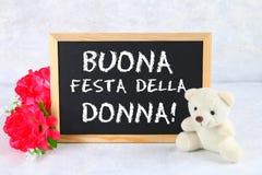 A inscrição no quadro no italiano: Dia feliz do ` s da mulher Flores e urso de peluche cor-de-rosa Fotos de Stock Royalty Free