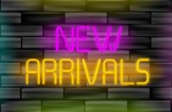 Inscrição nova do néon das chegadas Sinal claro no fundo preto da parede de tijolo Fotografia de Stock Royalty Free
