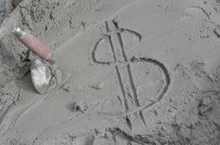 Inscrição o dólar no cimento com pá de pedreiro Fotografia de Stock Royalty Free