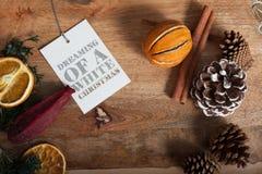 Inscrição que sonha em etiquetas vazias, tabela de madeira da faísca imagens de stock royalty free