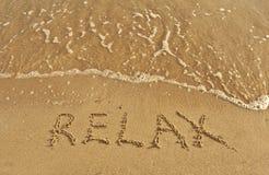 A inscrição relaxa em uma areia Foto de Stock Royalty Free