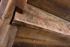 Inscrição riscadas em feixes de madeira imagens de stock royalty free