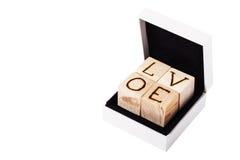 Inscrição romântica das letras em cubos de madeira claros em b branco fotos de stock
