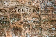 Inscrição velhas na caverna de Gautmanis situada no rio de Gauja no parque nacional de Sigulda, Letónia Foto de Stock