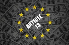 Inscri??o do artigo 13 e muito cem notas de d?lar no fundo escuro imagens de stock royalty free