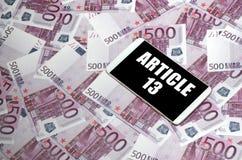 Inscri??o do artigo 13 em contas da tela e do euro do smartphone imagens de stock royalty free