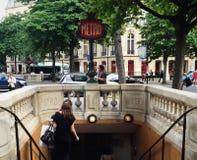 Inscribir un metro en París foto de archivo