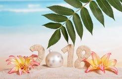 Inscripción 2018, bola del Año Nuevo de la Navidad blanca en vez de la n Fotos de archivo libres de regalías