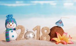 Inscripción 2018, bola del Año Nuevo de la Navidad blanca en vez de la n Imagenes de archivo